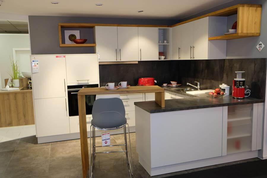 200626 Linie 4 – 38388 Musterküche von M+W Küchen